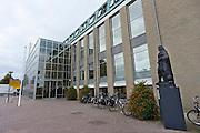 Nederland, Cuijk, 9-10-2013Dorpsbeeld van dit stadje, dorp in Noord Limburg. Het kwam in het nieuws vanwege de zedendelinquent Frank R., die 300 meisjes via internet, waarvan sommigen fysiek, seksueel misbruikte. Er is veel mediaaandacht, ook uit belgie, vlaanderen. Het gemeentehuis, stadhuis, met een standbeeld van Jan van Cuijk.Foto: Flip Franssen/Hollandse Hoogte