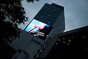 Seoul/Suedkorea, Republik Korea, KOR, 02.05.2009: Projektion einer Werbung in einem Viertel mit Bank Hochhaeusern im Zentrum der koreanischen Metropole Seoul. | Seoul/South Korea, Republic of Korea, KOR, 02.05.2009: Screening of a clip in a quater with bank towers in the center of the Korean metropolis Seoul.|[(c) Bjoern Steinz, Vojanova 1408/28, 229 22 Lysa nad Labem, Tschechische Republik, phone +420 325551336, mobil +420 777 218 029, bsteinz@bsteinz.de, Bank: F r a n k f u r t e r  V o l k s b a n k     BLZ 50190000 Konto 0301951710 IBAN DE06501900000301951710 BIC FFVBDEFF, www.bsteinz.de. Bei Verwendung des Fotos ausserhalb journalistischer Zwecke bitte Ruecksprache mit dem Fotograf halten. Jegliche Verwendung nur gegen Beleg und Honorar nach MFM oder gesonderter Absprache, Publication only with royalty payment, credit line and print sample, Achtung: NO MODEL RELEASE]..[#0,26,121#]