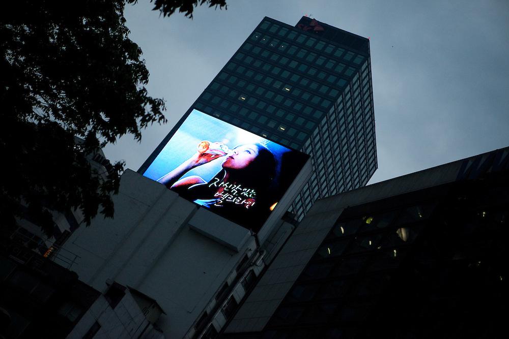 Seoul/Suedkorea, Republik Korea, KOR, 02.05.2009: Projektion einer Werbung in einem Viertel mit Bank Hochhaeusern im Zentrum der koreanischen Metropole Seoul.   Seoul/South Korea, Republic of Korea, KOR, 02.05.2009: Screening of a clip in a quater with bank towers in the center of the Korean metropolis Seoul. [(c) Bjoern Steinz, Vojanova 1408/28, 229 22 Lysa nad Labem, Tschechische Republik, phone +420 325551336, mobil +420 777 218 029, bsteinz@bsteinz.de, Bank: F r a n k f u r t e r  V o l k s b a n k     BLZ 50190000 Konto 0301951710 IBAN DE06501900000301951710 BIC FFVBDEFF, www.bsteinz.de. Bei Verwendung des Fotos ausserhalb journalistischer Zwecke bitte Ruecksprache mit dem Fotograf halten. Jegliche Verwendung nur gegen Beleg und Honorar nach MFM oder gesonderter Absprache, Publication only with royalty payment, credit line and print sample, Achtung: NO MODEL RELEASE]..[#0,26,121#]