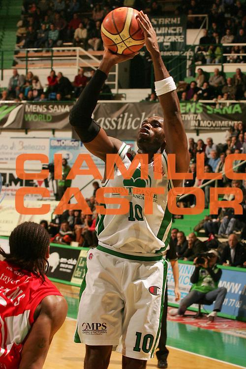 DESCRIZIONE : Siena Lega A1 2008-09 Montepaschi Siena Armani Jeans Milano<br /> GIOCATORE : Romain Sato<br /> SQUADRA : Montepaschi Siena<br /> EVENTO : Campionato Lega A1 2008-2009 <br /> GARA : Montepaschi Siena Armani Jeans Milano<br /> DATA : 18/01/2009 <br /> CATEGORIA : tiro<br /> SPORT : Pallacanestro <br /> AUTORE : Agenzia Ciamillo-Castoria/P.Lazzeroni