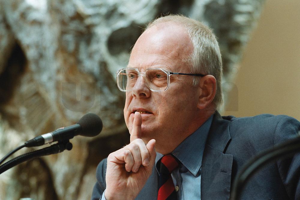 """26 APR 2000, BERLIN/GERMANY:<br /> Meinhard Miegel, Institut für Wirtschaft und Gesellschaft, Bonn, während der SPD Forumsveranstaltung """"Grundwerte heute: Gerechtigkeit"""", Willy-Brandt-Haus<br /> IMAGE: 20000426-01/02-19"""