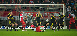 UTRECHT, THE NETHERLANDS - Thursday, September 30, 2010: Liverpool's Joe Cole and Christian Poulsen block a shot from FC Utrecht's Michael Silberbauer during the UEFA Europa League Group K match at the Stadion Galgenwaard. (Photo by David Rawcliffe/Propaganda)