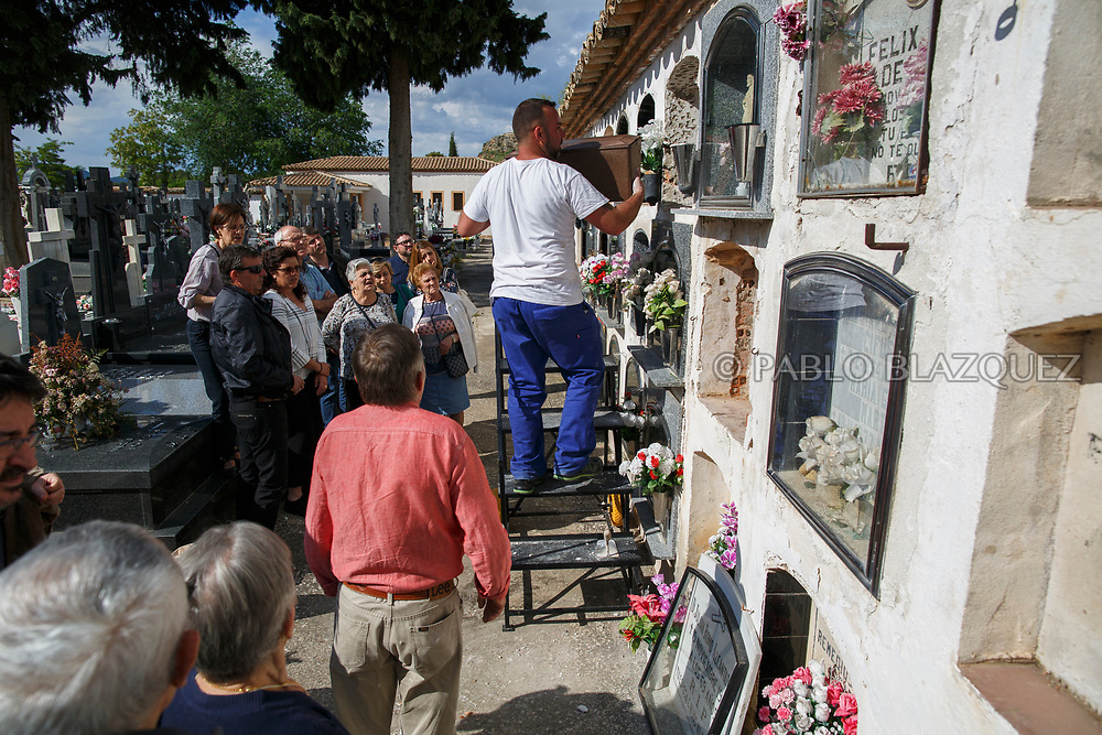 19/05/2018. Relativesattend the burial of Crisanto Romo Corona who was assassinated by dictator Francisco Franco's forces at the cemetery on May 19, 2018 in Sacedon, Guadalajara province, Spain. General Franco's forces killed Timoteo Mendieta and other people between 1939 and 1940 after Spain's Civil War and buried them in mass graves in Guadalajara's cemetery. Argentinian judge Maria Servini used the international human rights law and ordered the exhumation and investigation of Mendieta's mass grave. The exhumation was carried out by Association for the Recovery of Historical Memory (ARMH) recovering 50 bodies from 2 mass graves and identified 24 of them. Spain's Civil War took the lives of thousands of people on both sides, but Franco continued his executions after the war has finished. Spanish governments has never done anything to help the victims of the Civil War and Franco's dictatorship while there are still thousands of people missing in mass graves around the country. (© Pablo Blazquez)