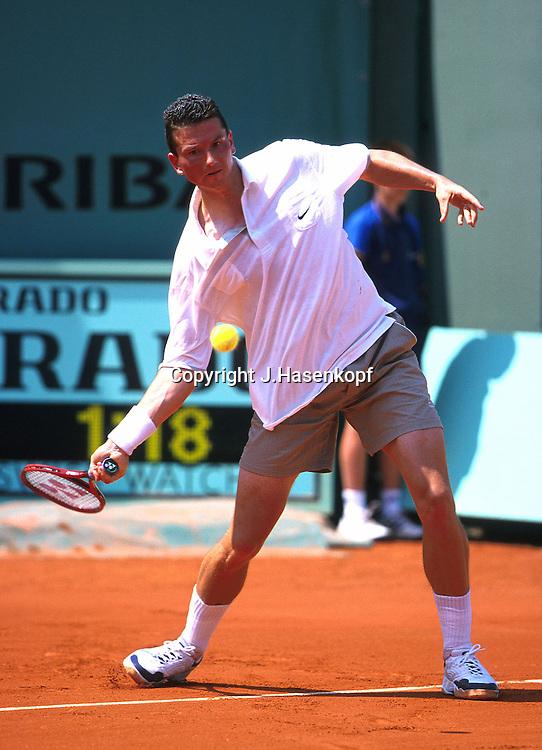 Tennis, French Open 2000,Grand Slam Turnier, Spieler Richard Krajicek (NED) steht an der Grundlinie und spielt ein Vorhand Return,Rueckschlag,<br /> statisch,Ball huefthoch,<br /> Einzelbild,Ganzkoerper, Hochformat