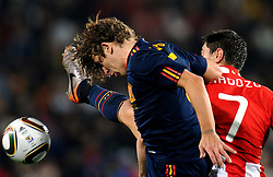 03.07.2010, Ellis Park, Johannesburg, RSA, FIFA WM 2010, Viertelfinale, Paraguay (PAR) vs Spanien (ESP), im Bild Carles Puyol (Spagna) e Oscar Cardozo (Paraguay). EXPA Pictures © 2010, PhotoCredit: EXPA/ InsideFoto/ Giorgio Perottino +++ for Austria and Slovenia only +++ / SPORTIDA PHOTO AGENCY