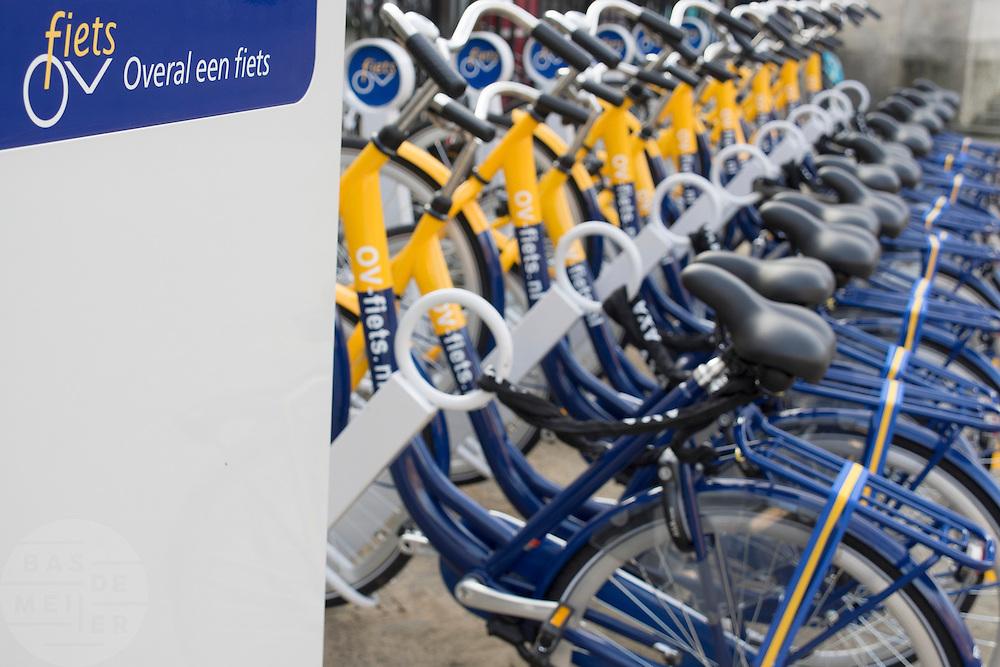 In Utrecht is het eerste OV-fietspunt in gebruik genomen. Op twee locaties in de binnenstad kunnen de fietsen worden gehuurd. De OV-fiets is oorspronkelijk opgezet om reizigers met de trein aanvullend vervoer te bieden, over het algemeen zijn de OV-fietsen alleen te huur bij stations of P+R plaatsen. Het OV-fietspunt is een proef van de NS en de gemeente Utrecht, bedoeld om te onderzoeken of een geautomatiseerd systeem van OV-fiets werkt op straatniveau en of het systeem gebruiksvriendelijk genoeg is. In tegenstelling tot vergelijkbare fietshuursystemen als Velo in Frankrijk, moet je een jaarabonnement hebben om de OV-fiets te kunnen huren.<br /> <br /> In Utrecht the first OV-fietspunt is started. The bike sharing system is originally meant for commuters who are traveling by train. The new renting point in Utrecht is a pilot to see if the new system works. To rent an OV-fiets you have to be a subscriber. At that point OV-fiets differs fundamentally with a bike sharing system like Velo in Paris.