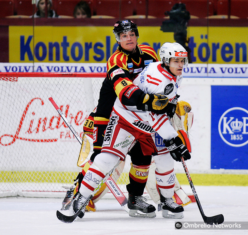 STOCKHOLM 061120<br /> ELITSERIEN ISHOCKEY BRYN&Auml;S VS TIMR&Aring;<br /> I bild: Mikko Laine mot Nicholas Angell