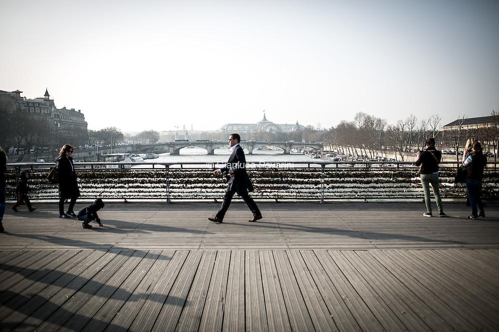 Paris, businessman on the seine. Uomo d'affari a passeggio per Parigi sulla Senna