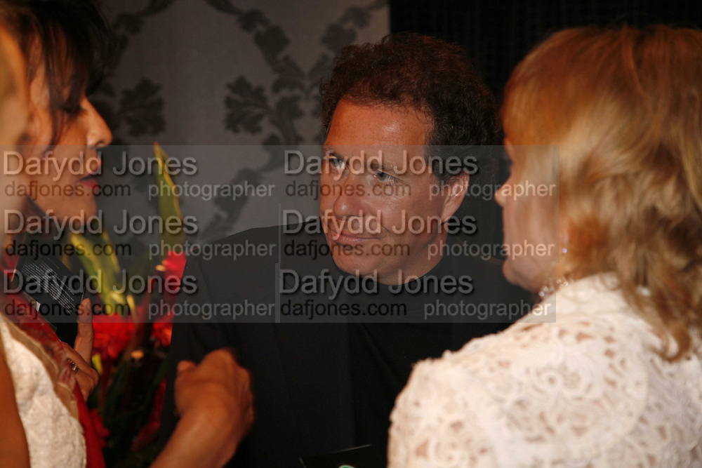 Viscount Linley, Gala champagne reception and dinner in aid of CLIC Sargent.  Grosvenor House Art and Antiques Fair.  Grosvenor House. Park Lane. London. 14 June 2006. ONE TIME USE ONLY - DO NOT ARCHIVE  © Copyright Photograph by Dafydd Jones 66 Stockwell Park Rd. London SW9 0DA Tel 020 7733 0108 www.dafjones.com