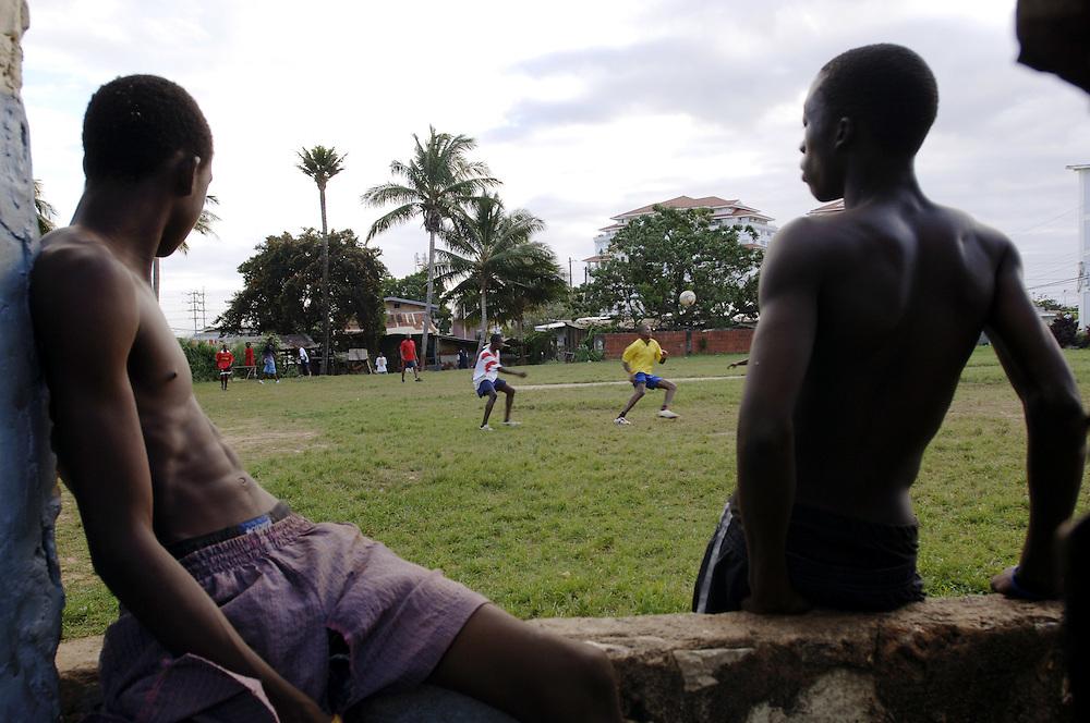 Football game in Cocorite, Port of Spain, Trinidad..German: Bolzplatz im Stadtviertel Cocorite in Port of Spain, Trinidad. Der Soldat Sherwin Russell, 29, (gelbes Trikot) nimmt einen Ball an.