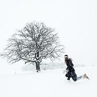 Junge Frau in tief verschneiter Landschaft, Berg am Starnberger See, Bayern, Deutschland.