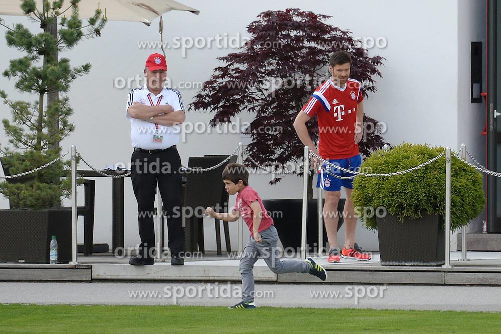 07.05.2015, Saebener Strasse, Muenchen, GER, 1. FBL, FC Bayern Muenchen, Training, im Bild vl. Xabi Alonso ( FC Bayern Muenchen ) und sein Sohn Jon // during a Trainingssession of German Bundesliga Club FC Bayern Munich at the Saebener Strasse in Muenchen, Germany on 2015/05/07. EXPA Pictures &copy; 2015, PhotoCredit: EXPA/ Eibner-Pressefoto/ Vallejos<br /> <br /> *****ATTENTION - OUT of GER*****