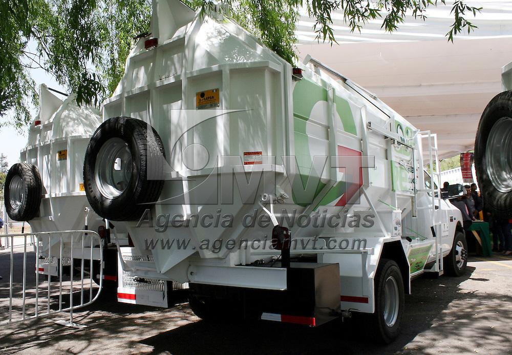 Metepec, México.- Eruviel Ávila Villegas, gobernador del Estado de México, realizo la entrega de equipo de recolección de residuos sólidos para 13 municipios.  Agencia MVT / José Hernández