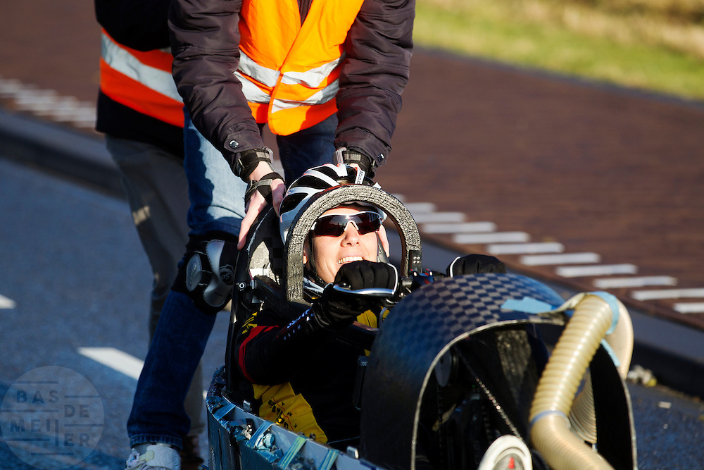 Iris Slappendel rijdt voor het eerst in een VeloX als training. In september wil het Human Power Team Delft en Amsterdam, dat bestaat uit studenten van de TU Delft en de VU Amsterdam, tijdens de World Human Powered Speed Challenge in Nevada een poging doen het wereldrecord snelfietsen voor vrouwen te verbreken met de VeloX 7, een gestroomlijnde ligfiets. Het record is met 121,44 km/h sinds 2009 in handen van de Francaise Barbara Buatois. De Canadees Todd Reichert is de snelste man met 144,17 km/h sinds 2016.<br /> <br /> Iris Slappendel is riding in a VeloX for the first time as training. With the VeloX 7, a special recumbent bike, the Human Power Team Delft and Amsterdam, consisting of students of the TU Delft and the VU Amsterdam, also wants to set a new woman's world record cycling in September at the World Human Powered Speed Challenge in Nevada. The current speed record is 121,44 km/h, set in 2009 by Barbara Buatois. The fastest man is Todd Reichert with 144,17 km/h.