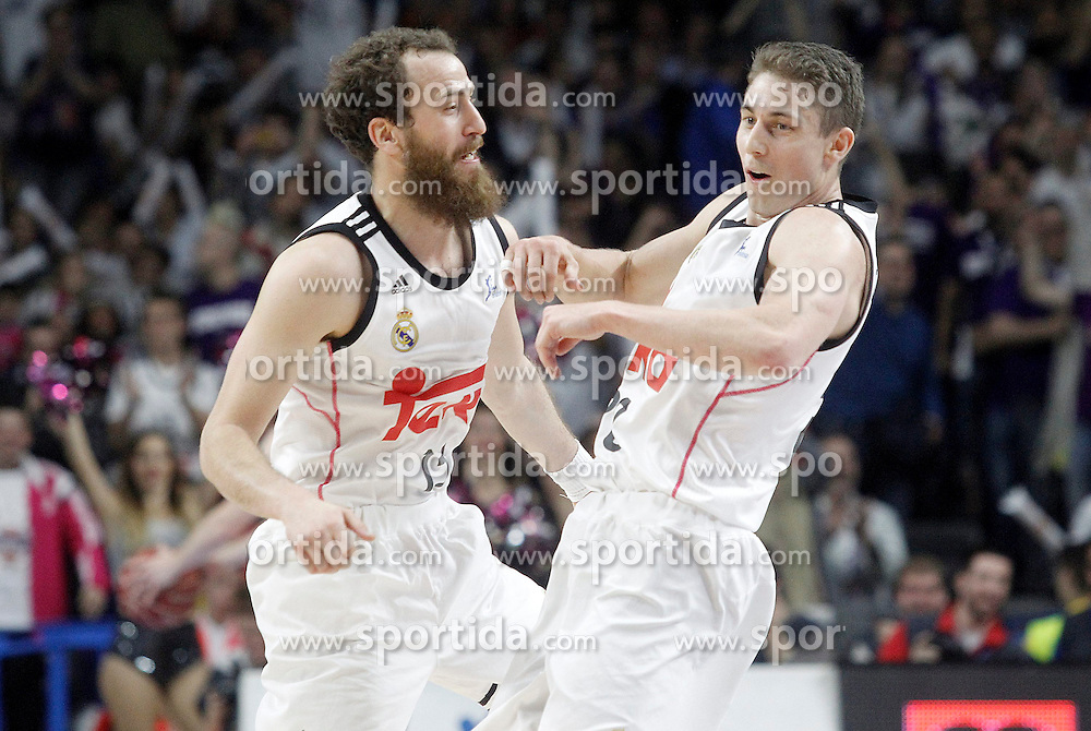 12.04.2015, Palacio de los Deportes, Madrid, ESP, Liga ACB, Real Madrid vs FC Barcelona, im Bild Real Madrid's Sergio Rodriguez (l) and Jaycee Carroll celebrate // during Liga Endesa ACB match between Real Madrid and FC Barcelona at the Palacio de los Deportes in Madrid, Spain on 2015/04/12. EXPA Pictures &copy; 2015, PhotoCredit: EXPA/ Alterphotos/ Acero<br /> <br /> *****ATTENTION - OUT of ESP, SUI*****