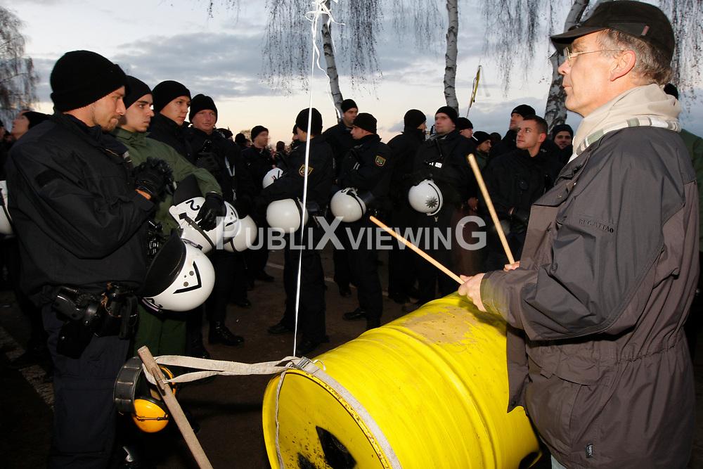 Im Umfeld der gro&szlig;en Anti-Atom-Kundgebung bei Dannenberg im Wendland unterh&ouml;hlen Atomkraftgegner eine der beiden m&ouml;glichen Transportrouten f&uuml;r den Castor. Die Polizei setzt zur R&auml;umung Schlagst&ouml;cke und Pfefferspray ein. <br /> <br /> Ort: Splietau<br /> Copyright: Andreas Conradt<br /> Quelle: PubliXviewinG