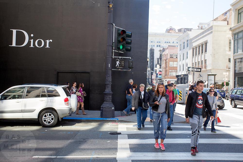 Publiek loopt langs een pand waar een winkel van modehuis Dior komt in de Financial District in San Francisco waar veel hoofdkantoren van banken en grote ondernemingen zijn gevestigd. De Amerikaanse stad San Francisco aan de westkust is een van de grootste steden in Amerika en kenmerkt zich door de steile heuvels in de stad.<br /> <br /> The Financial District of San Francisco where headquarters of banks and financial companies are located. The US city of San Francisco on the west coast is one of the largest cities in America and is characterized by the steep hills in the city.