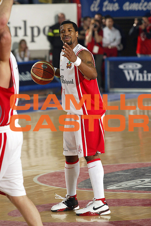 DESCRIZIONE : Varese Lega A1 2005-06 Whirlpool Varese Armani Jeans Olimpia Milano <br /> GIOCATORE : Collins<br /> SQUADRA : Whirlpool Varese <br /> EVENTO : Campionato Lega A1 2005-2006 <br /> GARA : Whirlpool Varese Armani Jeans Olimpia Milano <br /> DATA : 06/05/2006 <br /> CATEGORIA : Delusione<br /> SPORT : Pallacanestro <br /> AUTORE : Agenzia Ciamillo-Castoria/G.Cottini