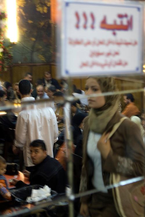 Atmosphere in an ice-cream salon in Damascus (Syria).<br /> Ambiente en el interior de un sal&oacute;n helados en Damasco (Siria).