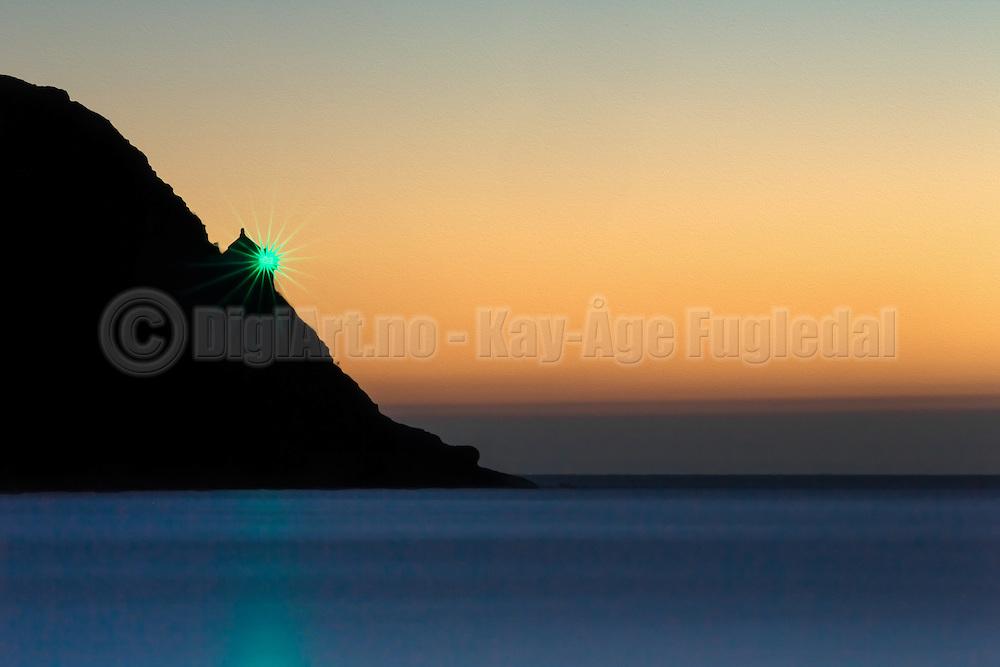 A lighthouse silhuette in sunset. Little bit paint effect added to create a artistic look | Fyrlykt i siluett i solnedgang. Har lagt til litt malerisk effekt for å lage et litt kunstnerisk preg.