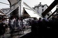 Venezia - Il Ponte di Rialto con il quotidiano muro di turisti.