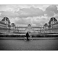 """Autor de la Obra: Aaron Sosa<br /> Título: """"Serie: Ambiguedades Parisinas""""<br /> Lugar: París - Francia<br /> Año de Creación: 2008<br /> Técnica: Captura digital en RAW impresa en papel 100% algodón Ilford Galeríe Prestige Silk 310gsm<br /> Medidas de la fotografía: 33,3 x 22,3 cms<br /> Medidas del soporte: 45 x 35 cms<br /> Observaciones: Cada obra esta debidamente firmada e identificada con """"grafito – material libre de acidez"""" en la parte posterior. Tanto en la fotografía como en el soporte. La fotografía se fijó al cartón con esquineros libres de ácido para así evitar usar algún pegamento contaminante.<br /> <br /> Precio: Consultar<br /> Envios a nivel nacional  e internacional."""