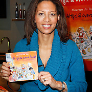 NLD/Amsterdam/20111123 - Boekpresentatie Maureen du Toit ' Altijd & overal feest', Maureen du Toit met haar nieuwe boekje