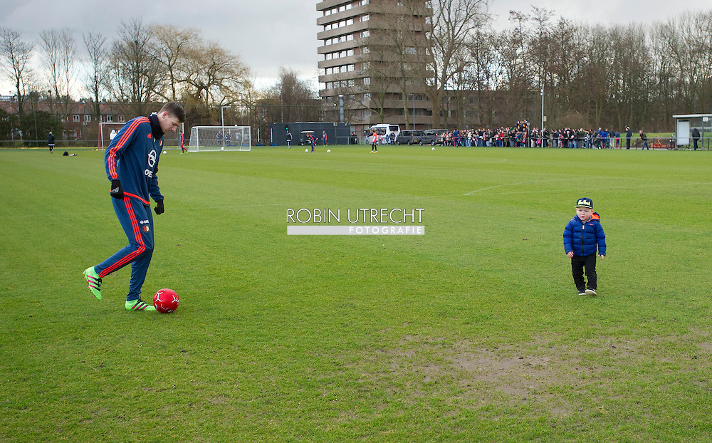 24-02-2016 VOETBAL: TRAINING FEYENOORD: ROTTERDAM Michiel Kramer (Feyenoord) met zoon Dylan  COPYRIGHT ROBIN UTRECHT