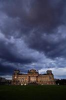 09 JUN 2005, BERLIN/GERMANY:<br /> Reichstagsgebaeude, Sitz des Deutschen Bundestages, Westseite, abends bei starker Bewoelkung<br /> IMAGE: 20050609-04-003<br /> KEYWORDS: Westportal, Bewölkung, Wolken, Wetter, dunkel, nacht, nachts, Reichstagsgebäude, Reichstag, Himmel