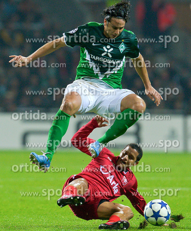 02.11.2010, Weser Stadion, Bremen, GER, UEFA CL Gruppe A, Werder Bremen( GER) vs FC Twente Enschede (NED), im Bild Claudio Pizarro ( Werder #24 )  Roberto Rosales ( Twente #15 )  EXPA Pictures © 2010, PhotoCredit: EXPA/ nph/  Kokenge+++++ ATTENTION - OUT OF GER +++++
