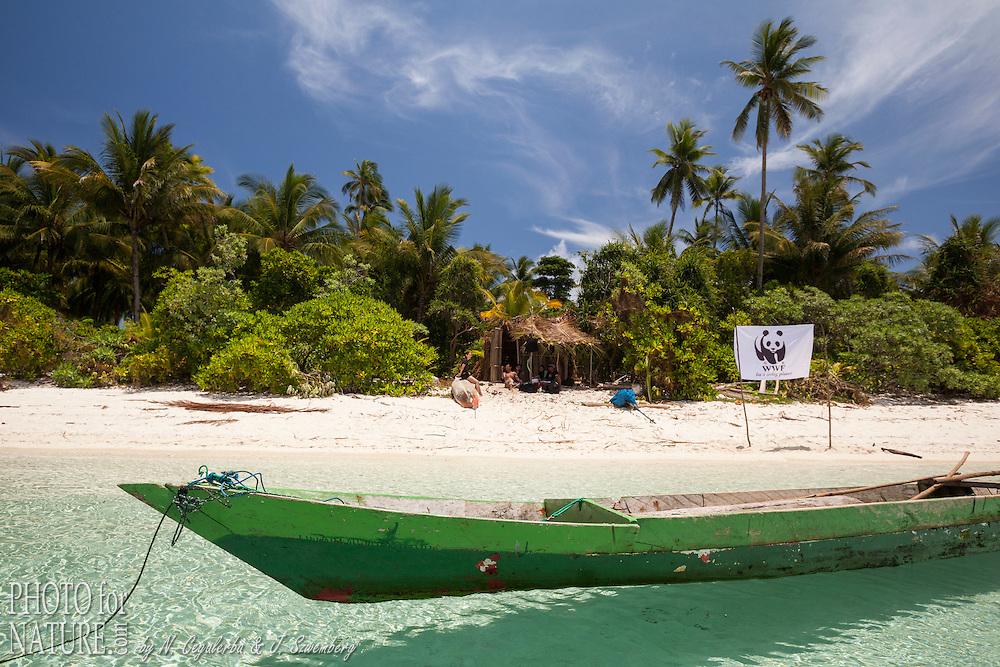 Indonésie, Province des Moluques, Seram Occidental, île de Koon, l'équipe de WWF-Indonésie en mission sur Koon // Indonesia, Maluku, East Seram, Koon Island, WWF team on Koon Island
