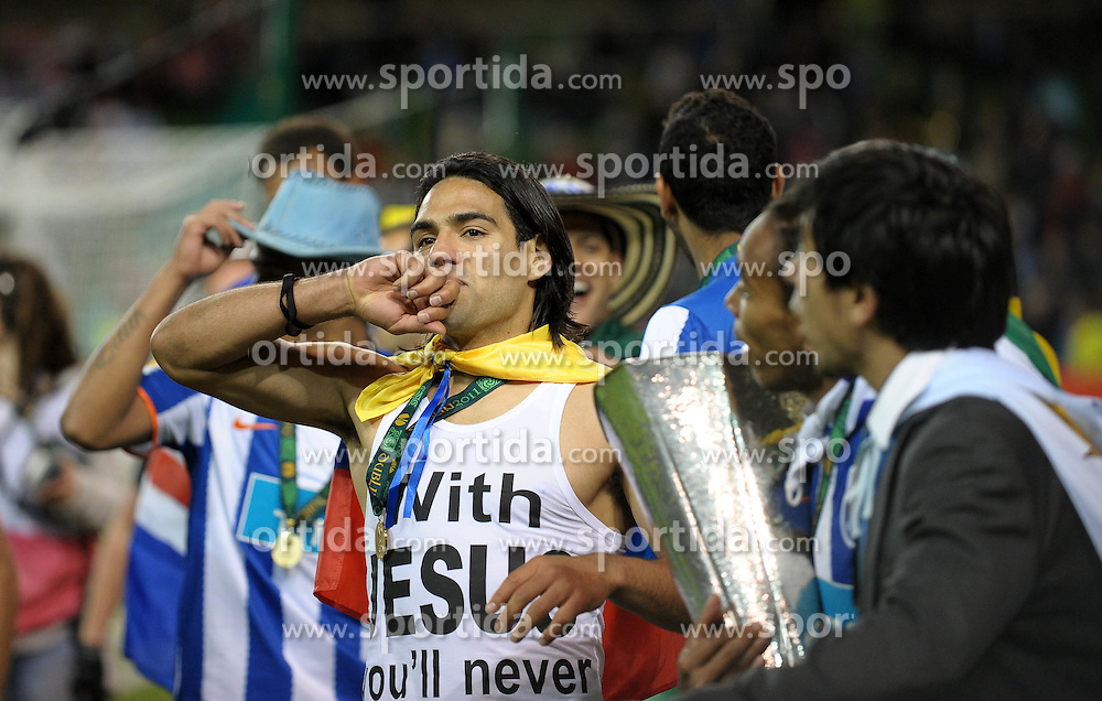 18.05.2011, Aviva Stadium, Dublin, IRL, UEFA Europaleague Final 2011,  FC Porto vs porting Clube de Braga, im Bild Winning Goalscorer, Radamel Falcao of FC Porto in front of the fans celebrates // during the UEFA europaleague Final 2011, Dublin, Aviva Stadium, 2011-05-18, EXPA Pictures © 2011, PhotoCredit: EXPA/ M. Atkins  +++++ ATTENTION - OUT OF UK!