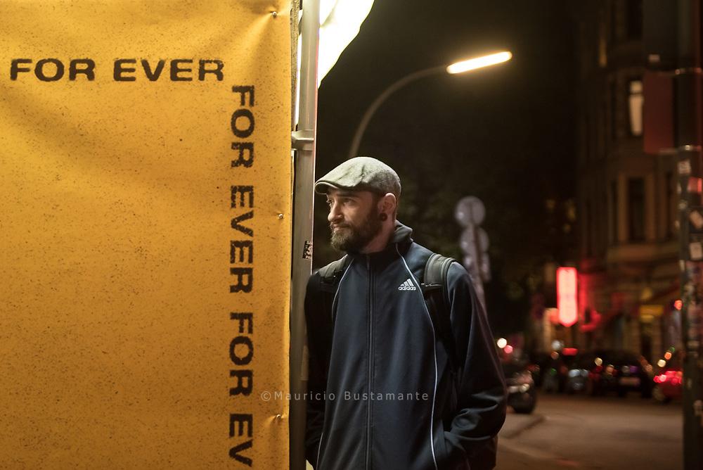 Zufällig trifft er in einer Fußgängerzone<br /> Ricu D. wieder, den alten Freund, mit dem<br /> er damals als Punker in Rumänien unterwegs<br /> war. Der ist ebenfalls in Hamburg gestrandet,<br /> hängt auch an der Nadel, versucht<br /> jedoch, sich mit dem Verkauf von Reepebahn Obdachlosenzeitungen durchzuwursteln. Hamburg. 03.09.18