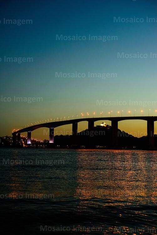 Brasil - Espirito Santo - Vitoria - Entardecer na cidade de Vitoria com vista para Terceira Ponte e Convento da Penha, em Vila Velha - Foto: Gabriel Lordello/ Mosaico Imagem