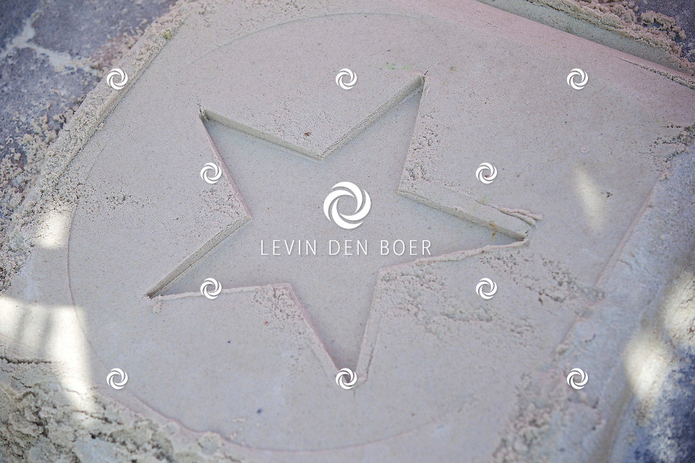 DE PANNE - In attractiepark Plopsaland kreeg zanger Jan Smit zijn eigen Walk of Fame Ster. Deze mocht hij persoonlijk onthullen in het pretpark. FOTO LEVIN DEN BOER - KWALITEITFOTO.NL
