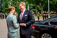 TALLINN - Koning Willem-Alexander en president Kersti Kaljulaid bij aankomst tijdens het staatsbezoek aan Estland. De koning legt in een week drie staatsbezoeken af aan Letland, Estland en Litouwen.  anp royal images plus