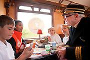 De conducteur van de Ontbijttrein paart met jodoka Deborah Gravenstijn, die ontbijt met kinderen. In de tot Ontbijttrein omgetoverde historische trein 'De Blokkendoos' ontbijten 9 sporters met ongeveer 100 basisschoolleerlingen in het kader van het Nationale Schoolontbijt. De topsporters zijn verbonden aan Right to Play, een van de goede doelen van het Nationale Schoolontbijt. Het is voor de achtste keer dat het speciale ontbijt georganiseerd wordt. Doel is aandacht te krijgen voor het nut van een goed ontbijt.<br /> <br /> The conductor is talking with kids who are having a breakfast with judo player Deborah Gravenstijn. An old train is for one day a special Breakfasttrain. In the train 100 schoolchildren are having breakfast with nine sportsmen as part of the National School Breakfast week. Goal of the week is to letting people know how important a breakfast is.