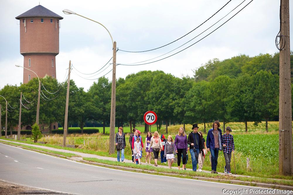 357646-Leerlingen van BS De Wijngaard verkleden zich als historische figuren-wandeltocht met grootouders doorheen Grobbendonk