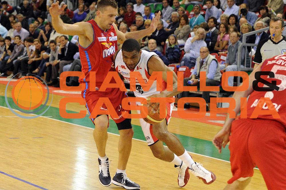 DESCRIZIONE : Casale Monferrato Lega A 2011-12 Novipiu Casale Monferrato Scavolini SIviglia Pesaro<br /> GIOCATORE : James White<br /> CATEGORIA : palleggio<br /> SQUADRA : Scavolini SIviglia Pesaro<br /> EVENTO : Campionato Lega A 2011-2012<br /> GARA : Novipiu Casale Monferrato Scavolini Siviglia Pesaro<br /> DATA : 06/05/2012<br /> SPORT : Pallacanestro<br /> AUTORE : Agenzia Ciamillo-Castoria/GiulioCiamillo<br /> Galleria : Lega Basket A 2011-2012<br /> Fotonotizia : Casale Monferrato Lega A 2011-12 Novipiu Casale Monferrato Scavolini Siviglia Pesaro<br /> Predefinita :