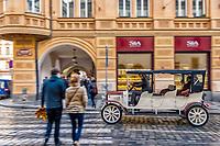 Prague, la ville aux mille tours et mille clochers, n'a pas seulement inspire Andre Breton et les surrealistes. Chaque annee, la belle Tcheque seduit des millions d'admirateurs du monde entier. Monuments, façades et statues racontent une histoire mouvementee ou planent les ombres du Golem, de Mucha ou de Kafka.<br /> Depuis 1992, le centre ville historique est inscrit sur la liste du patrimoine mondial par l'UNESCO<br /> <br /> Les voitures historiques proposees pour les balades dans la ville sont des modeles originaux des annees 1920. Ces voitures appartenaient a l'epoque a la haute bourgeoisie et sont aujourd'hui toutes parfaitement entretenues et en excellent état de marche.