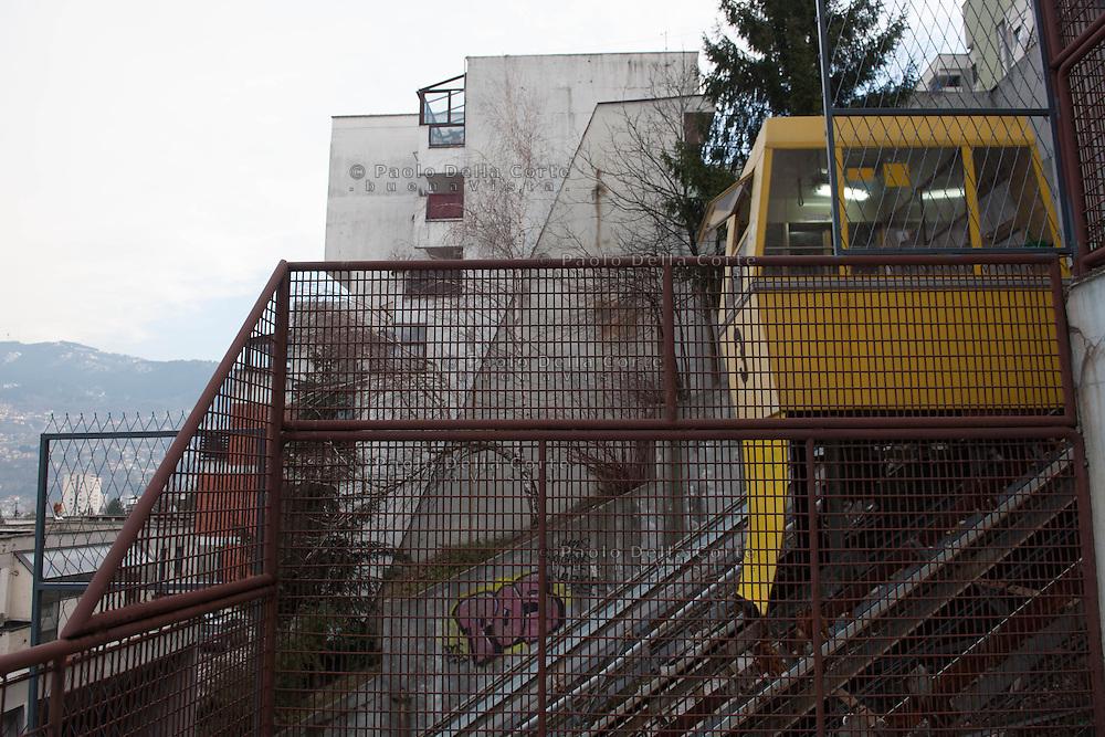 Sarajevo - Il quartiere periferico di Ciglane conosciuto per i graffiti e per i palazzi a cui si può accedere con un ascensore esterno.