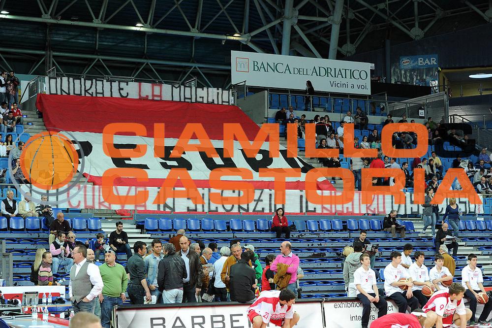 DESCRIZIONE : Pesaro Lega A 2010-11 Scavolini Siviglia Pesaro Vanoli Braga Cremona<br /> GIOCATORE : tifosi<br /> SQUADRA : Scavolini Siviglia Pesaro <br /> EVENTO : Campionato Lega A 2010-2011<br /> GARA : Scavolini Siviglia Pesaro Vanoli Braga Cremona<br /> DATA : 03/04/2011<br /> CATEGORIA : tifosi protesta<br /> SPORT : Pallacanestro<br /> AUTORE : Agenzia Ciamillo-Castoria/C.De Massis<br /> Galleria : Lega Basket A 2010-2011<br /> Fotonotizia : Pesaro Lega A 2010-11 Scavolini Siviglia Pesaro Vanoli Braga Cremona<br /> Predefinita :