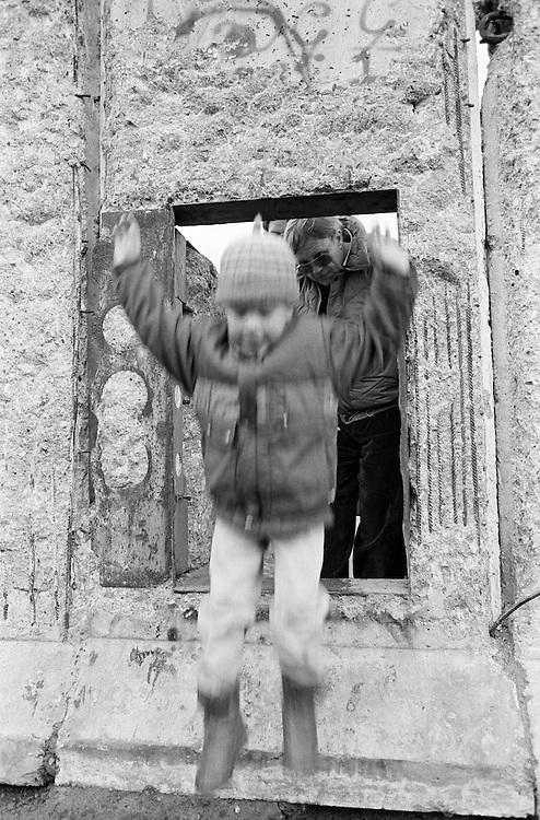 Deutschland - GERMANY - Mauerfall - 1990 -  Die Berliner Mauer verschwindet aus dem Stadtbild, die Mauer wird abgerissen/abgetragen : HIER: Zimmerstraße in Berlin-Kreuzberg; Durchgang, Tuer in der Mauer 05/1990.1990 - FALL OF THE BERLIN WALL - the wall disappears, is demolished; HERE: Close to Checkpoint Charly - Zimmerstraße in Berlin-Kreuzberg - a whole to slip through...05/1990.copyright: Christian Jungeblodt