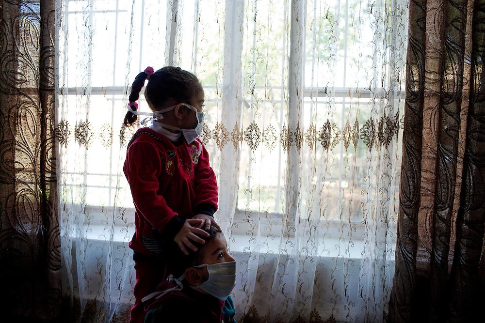 Taza, Irak<br /> <br /> Isis har bombat med  senapsgas i Staden Taza utanf&ouml;r Kirkuk. 8 d&ouml;da och &ouml;ver 800 skadades i attacken. <br /> Rukaya 3 &aring;r h&aring;ller om sin lillebror Maythan 2 &aring;r. De har b&auml;gge tv&aring; problem med synen och har br&auml;nnbl&aring;sor p&aring; kroppen.<br /> <br /> Photo: Niclas Hammarstr&ouml;m