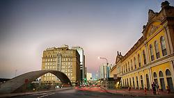"""O Pal·cio do ComÈrcio È um prÈdio histÛrico de Porto Alegre, sendo um dos mais importantes exemplares da arquitetura art dÈco na cidade. O prÈdio foi erguido a partir de 12 de outubro de 1937, quando lanÁou-se a pedra fundamental, para ser a sede da AssociaÁ""""o Comercial de Porto Alegre, sendo inaugurado em 14 de novembro de 1940 com a presenÁa do presidente Get˙lio Vargas. FOTO: Jefferson Bernardes/Preview.com"""