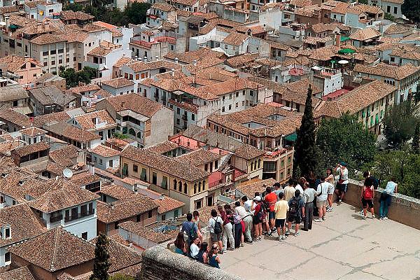 Spanje, Granada, 29-5-2007Het Alhambra, Rode Paleis, is een middeleeuws paleis en fort van de Moorse heersers van het Koninkrijk Granada in Andalusië (Zuid-Spanje). Het bevindt zich op een heuvelachtig plateau aan de zuidoostelijke grens van de stad Granada.Uitzicht, panorama, over de stad vanaf het Alhambra.Foto: Flip Franssen/Hollandse Hoogte