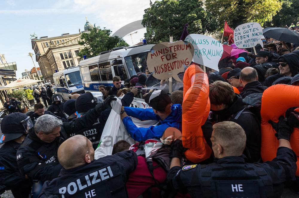 Polizisten setzen während der 1. Welle der Blockupy Proteste am 02.09.2016 in Berlin, Deutschland Pfefferspray gegen den Demonstrationsaufzug ein der sich in Richtung des Ministeriums bewegt. Das Bündnis versuchte das Ministerium für Arbeit und Soziales zu blockieren um gegen die Politik der Verarmung, Ausgrenzung und sozialen Spaltung zu protestieren. Foto: Markus Heine / heineimaging