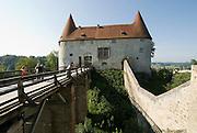 Burg zu Burghausen, Burggraben und Burgtor, Bayern, Deutschland.. | ..Burghausen Castle, Bavaria, Germany