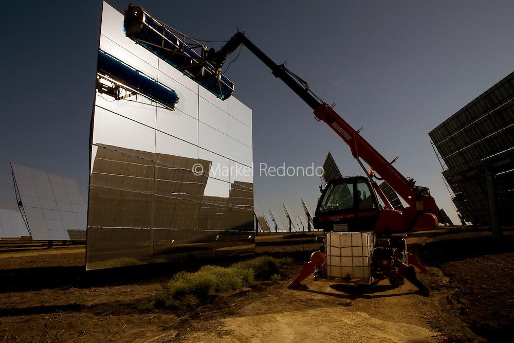 Site de la tour PS10 de la centrale solaire de Sanlucar la Mayor, pres de Seville, Espagne, le 29 Avril 2008. La centrale solaire, la premiere centrale commerciale au monde, appartenant a la societe espagnole Solucar (Abengoa), peut produire de l'electricte pour 6000 habitations. Solucar (Abengoa) projete de construire un total de 9 nouvelles tours dans les 7 ans qui viennent, afin de fournir 180 000 habitations en electricite. Photographe: Markel Redondo/Fedephoto pour Greenpeace...The PS10 solar tower plant sits at Sanlucar la Mayor outside Seville on April 29, 2008 in Seville, Spain. The solar tower plant, the first commercial solar tower in the world, by the Spanish company Solucar (Abengoa), can provide electricity for up to 6,000 homes. Solucar (Abengoa) plans to build a total of 9 solar towers over the next 7 years to provide electricity for an estimated 180,000 homes. Photographer: Markel Redondo/Fedephoto for Greenpeace.