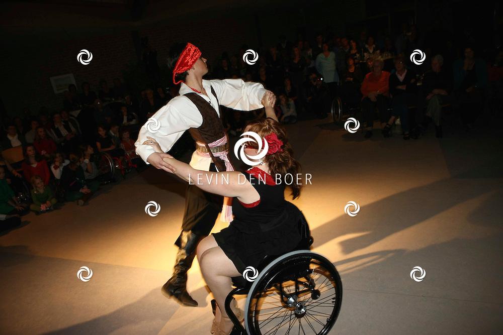 NEDERHERMERT - Demonstratie rolstoeldansen in het dorpshuis De Gaarde onder begeleiding van 't Hemerts Visserskoor. FOTO LEVIN DEN BOER / PERSFOTO.NU